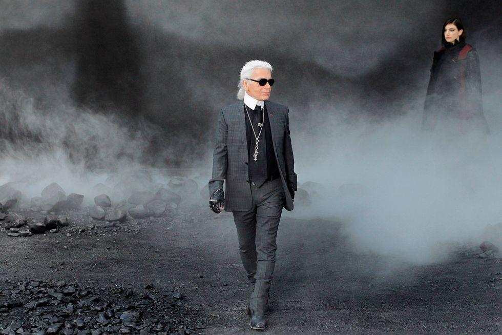 Karl Lagerfeld egyik legendás Chanel bemutatója után, forrás: Harper's Bazaar US
