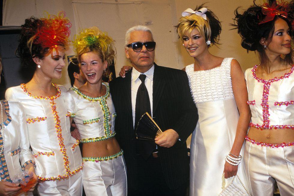 Modellek körében, 1995-ben. Mellette látható Kate Moss és Linda Evangelista szupermodellek, forrás: Harper's Bazaar US
