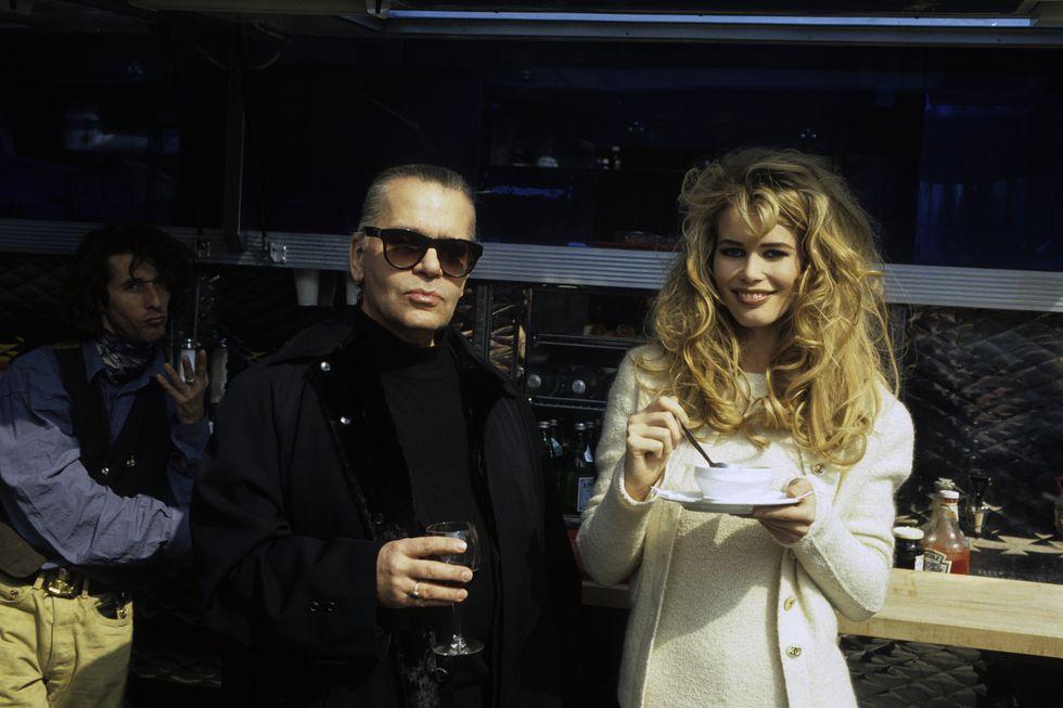 Karl Lagerfeld előszeretettel állt ki múzsái mellett és menedzselte is őket, Claudia Schiffer csak egy (de nyilvánvalóan az egyik leghíresebb) volt a sok közül, forrás: Harper's Bazaar US