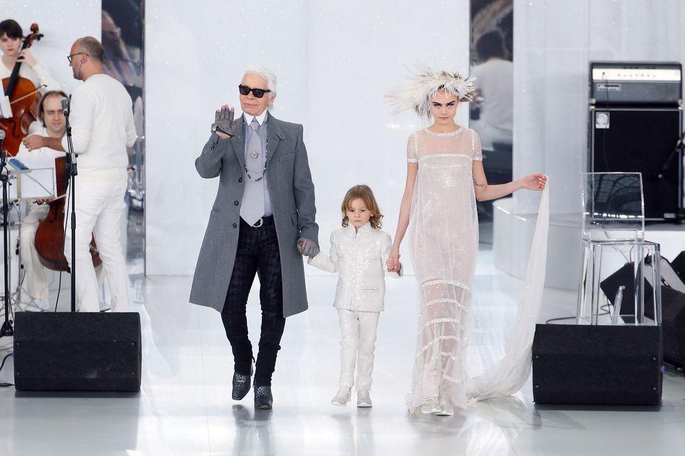Karl Lagerfeld keresztfia is résztvett keresztapja munkásságában, forrás: Harper's Bazaar US