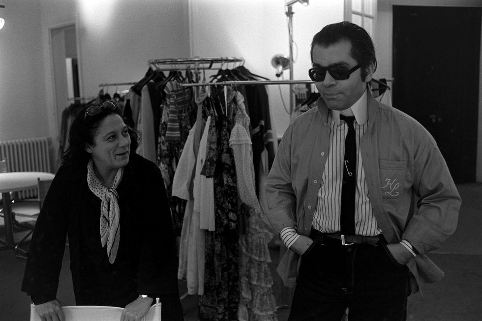 Lagerfeld outfitjének elengedhetetlen része volt a sötét napszemüveg és a copf, amelyek már az 1970-es évektől 'védjegyévé' váltak, forrás: Harper's Bazaar US