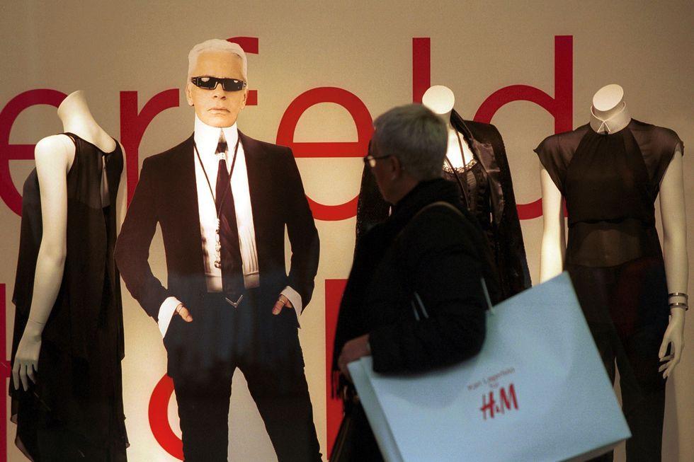 Karl Lagerfeld x H&M kollaboráció kirakatrendezésében is húzószerepe volt a divatgéniusznak, forrás: Harper's Bazaar US