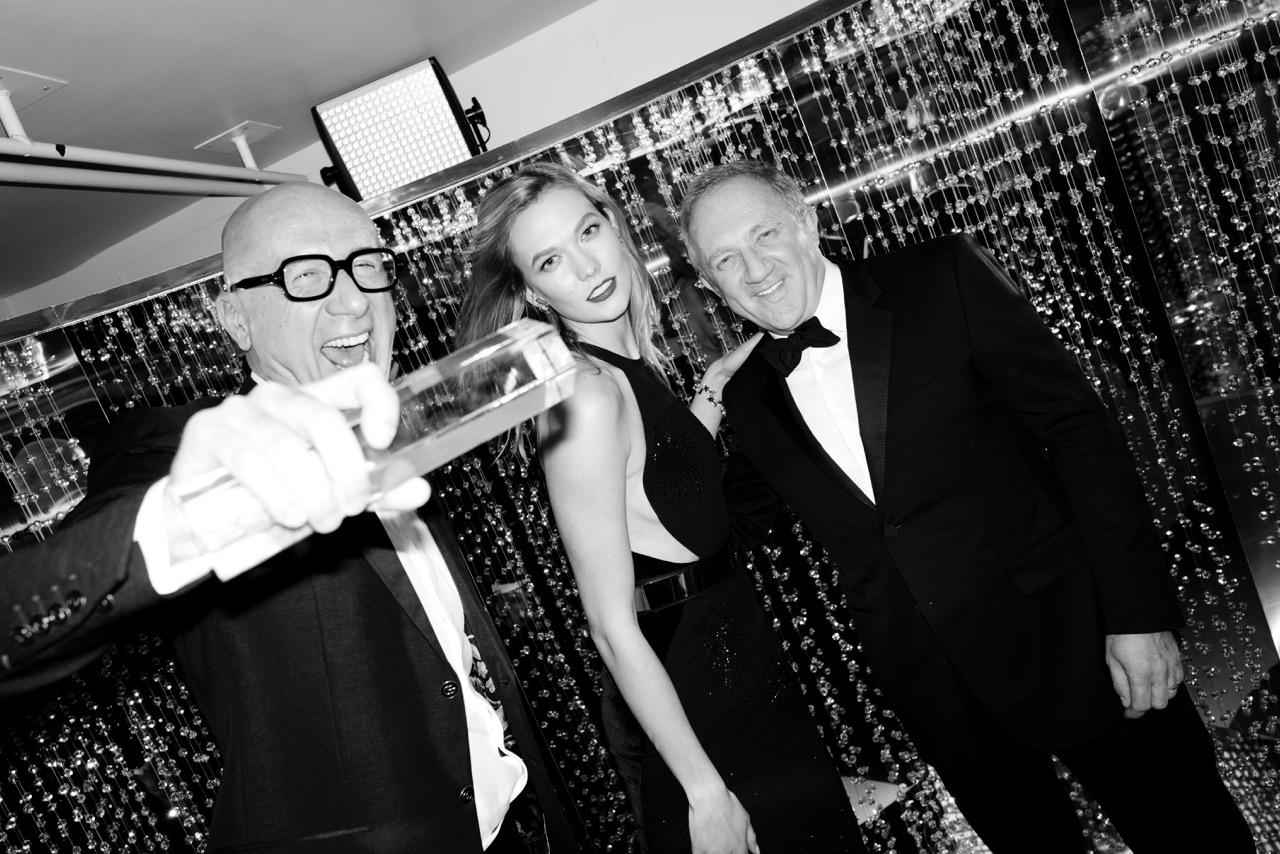 Marco Bizzarri, Karlie Kloss és Franxois-Henri Pinault a Brit Divat Díjátadó backstage-ében<br />Forrás: Ondine magazin