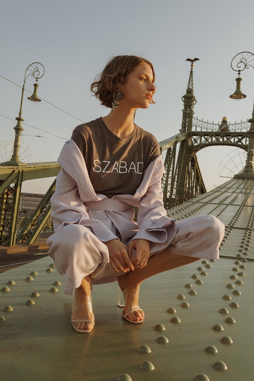 Társaság a Szabadságjogokért (TASZ), Póló: TASZ, nadrág és kimonó: DAIGE, fülbevaló és papucs: H&M, forrás: veddmagadra.com