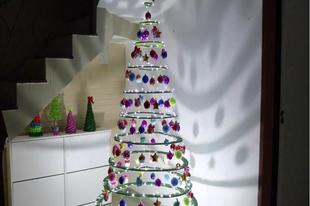 Egyedi karácsonyfa kartonból