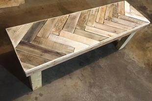Asztal vagy pad használt parkettából
