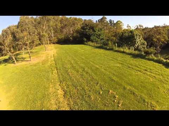 FPV száguldozás a föld felett pár méterrel