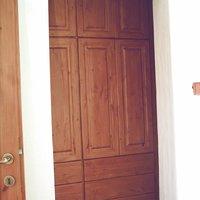38 Gardróbszekrény, szőlővessző-karnis, függöny