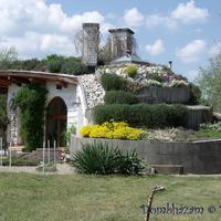 58 Virágzó tető, kész kerítés