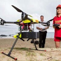 Video: Drónnal mentenek bajbajutott szörfösöket