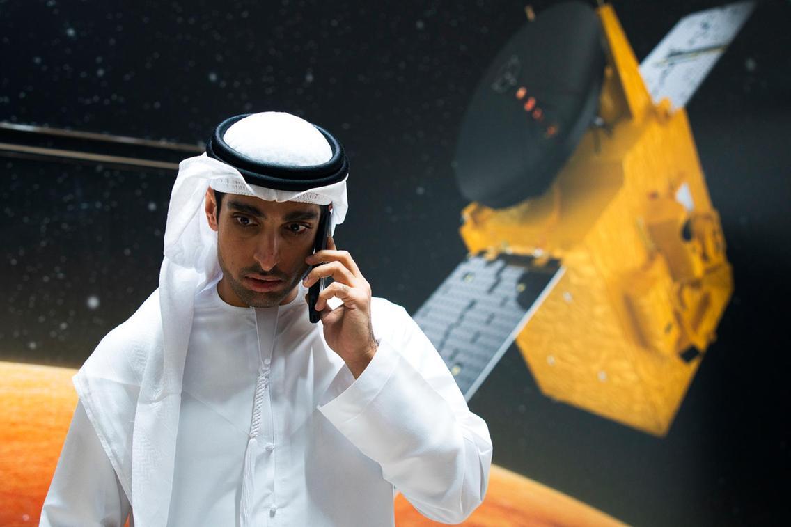 Omran Sharaf, a projekt vezetője, háttérben a látványtervek
