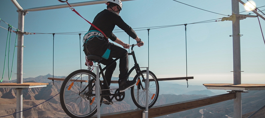 Bicajozás a levegőben a kalandpark élmény egy része<br />Fotó: https://visitjebeljais.com/activities/jais-adventure-peak/