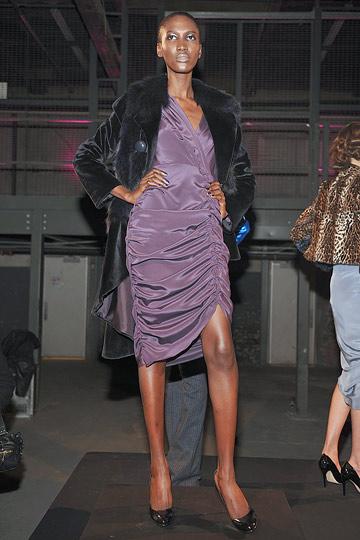 1797e24453 Sokkal klasszikusabb fekete ruha, amely a derék és a láb vékonyítására  kiválóan alkalmas, az A vonalú szoknyarész miatt. A vékony, ferde pántos  szandál ...