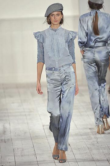 8e192110d4 Mindegy, hogy póló, blúz, vagy ruha, csak virágos legyen. A H&M például egy  teljes Garden elnevezésű kollekciót hozott ki.