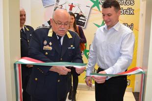 Új rendőrségi irodát adtak át egy dunakeszi áruházban