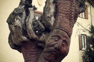 Utamat különleges faszobrok keresztezték