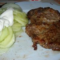 Grill tarja, majonézes burgonyasaláta, fokhagymás uborkasaláta