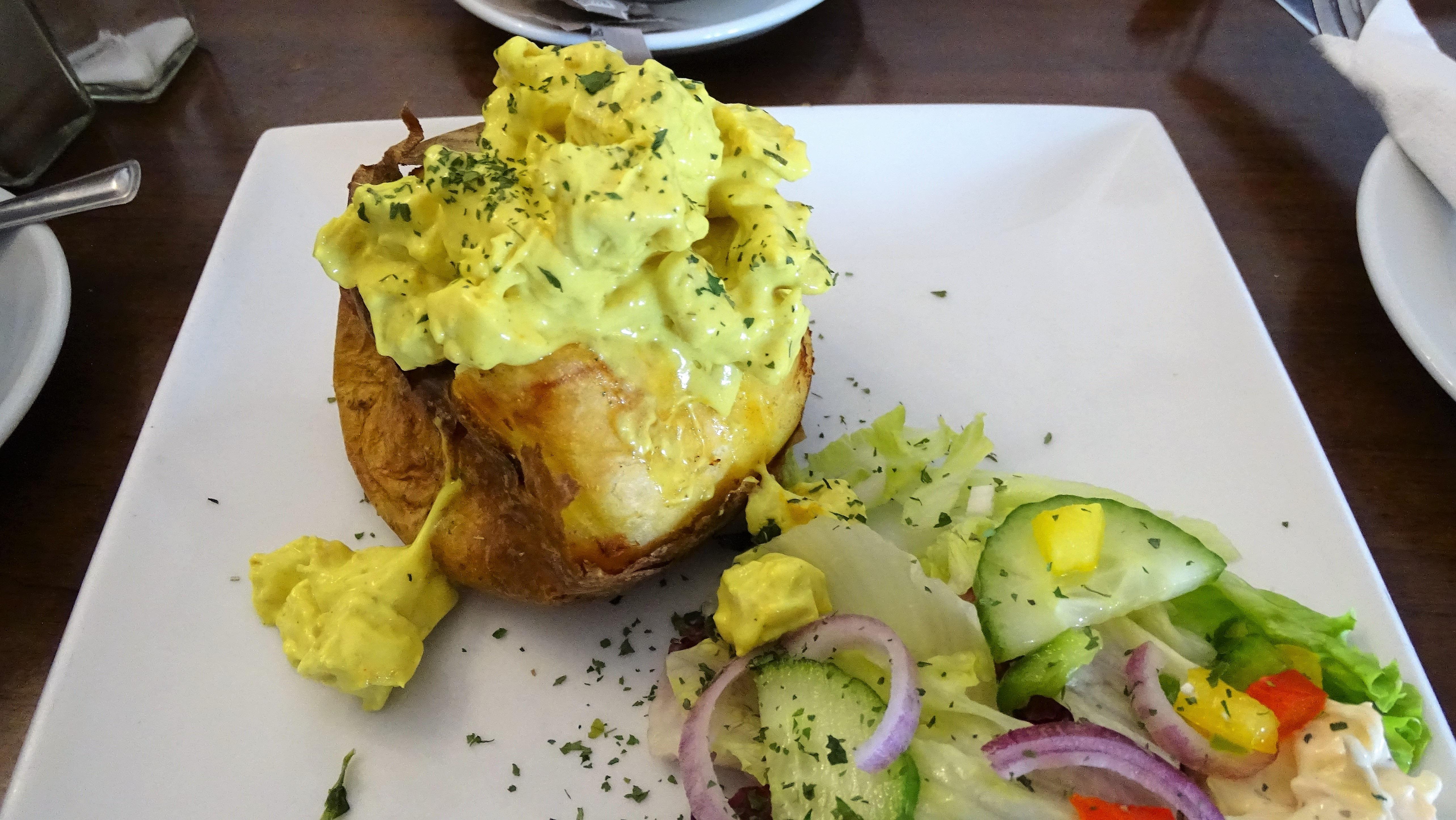 Jacket potato. Ez tulajdonképpen egy nagy főtt krumpli, benne currys csirkesalátával. A Loch Lomondnál ettük (ahova amúgy Glasgowból bő fél óra alatt ki lehet vonatozni, érdemes!) és nagyon jól jött az egész napos szélben, esőben sétálás után. Finom és laktató, ahogy kell!