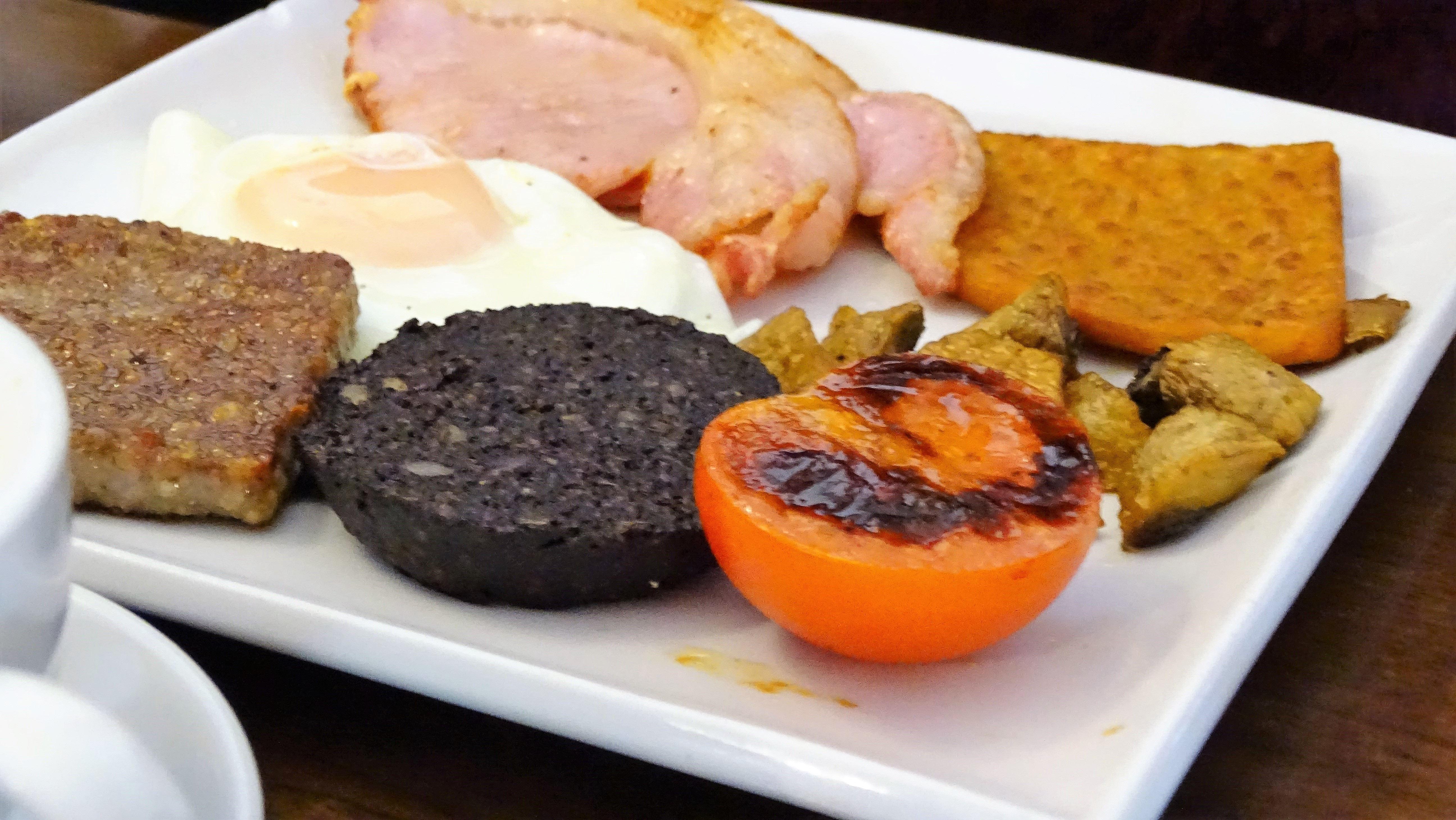 Még egy skót reggeli, mert imádtuk. Volt egy kis előítéletünk a véres és belsőséges hurka-szerű cuccokkal (black pudding és haggis), de végül nagyon belejöttünk a skót életérzésbe. Azért a bacon is mindig elfogyott...