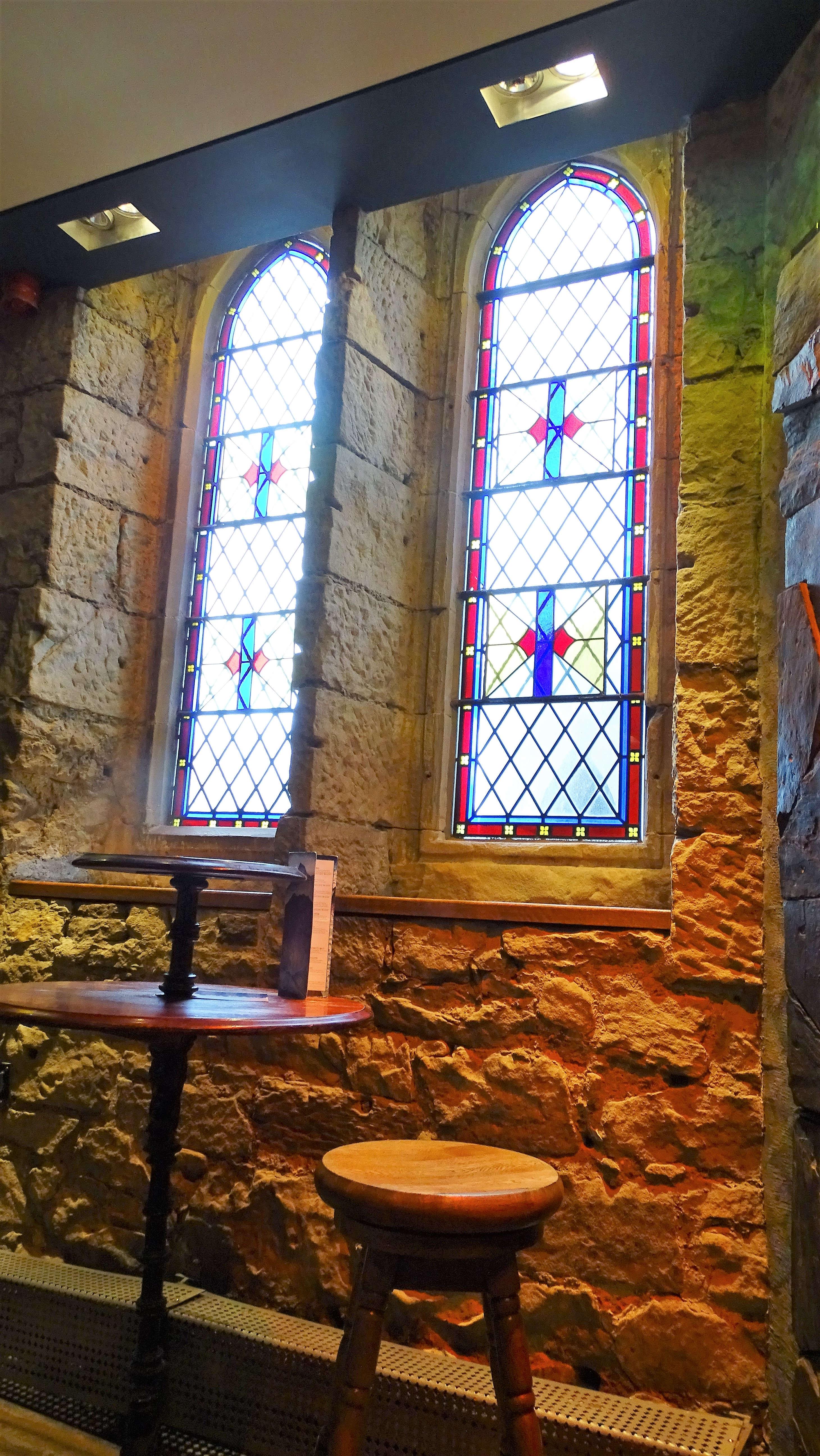 Ez a hely nem más, mint az Oran Mor Glasgowban. Egy használaton kívüli templomban rendeztek be egy éttermet és egy kocsmát - mi utóbbit próbáltuk ki. Érdekes volt látni, hogy a helyiek munka után öltönyben bejönnek legurítani pár italt és hogy a sokat látott falak és ablakok ilyen 'szertartásoknak' lehetnek mostanában szemtanúi.