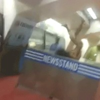 Akrobatikus elmebeteg meztelenül duhajkodott egy vonatállomáson