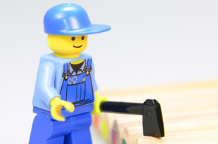 A Lego el akarja felejteni a műanyagot