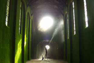 Zöldbe borult templom