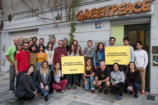 Fotókkal mutatják meg a Greenpeace munkatársai, hogy a Föld védelmének nincsenek határai