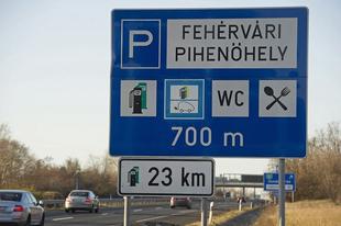 Új tábla az autósoknak: elektromos autó-töltőpont az M7-es autópályán