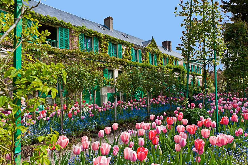 monet-giverny-maison-tulipes.jpg