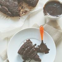 Csokiiiiiis: Avokádós csokoládétorta + fudge szósz (gluténmentes)