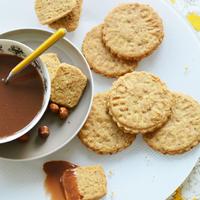 Pirított mogyorós omlós keksz tejcsokoládé ganache-sal