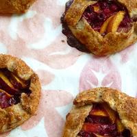 Tart pie galette: Rusztikus pite nektarinnal és ribizlivel