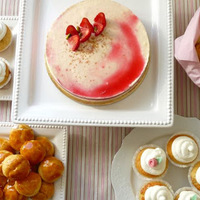 Anna szülinapja: Crème fraîche torta, eperhabos pâte à choux, eper habbal cupcake
