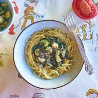 Bazsalikomos spenótos tészta sült zöldségekkel, szezámkrémmel