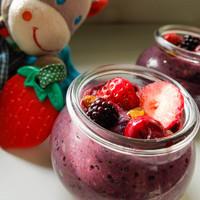 Hűsítő finomság joghurt nélkül: erdei gyümölcsös tápiókakrém