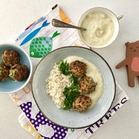 Brokkolis quinoa fasírt, sülthagyma szósz, bébispenót - családi+ baba verzió