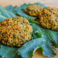 Ne dobd ki a zöldjét! Harsogó csemegék: retekpesto, mogyorós zöld fasírt, ropogós karfiolszár