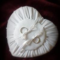 Szív alakú gyűrűpárna