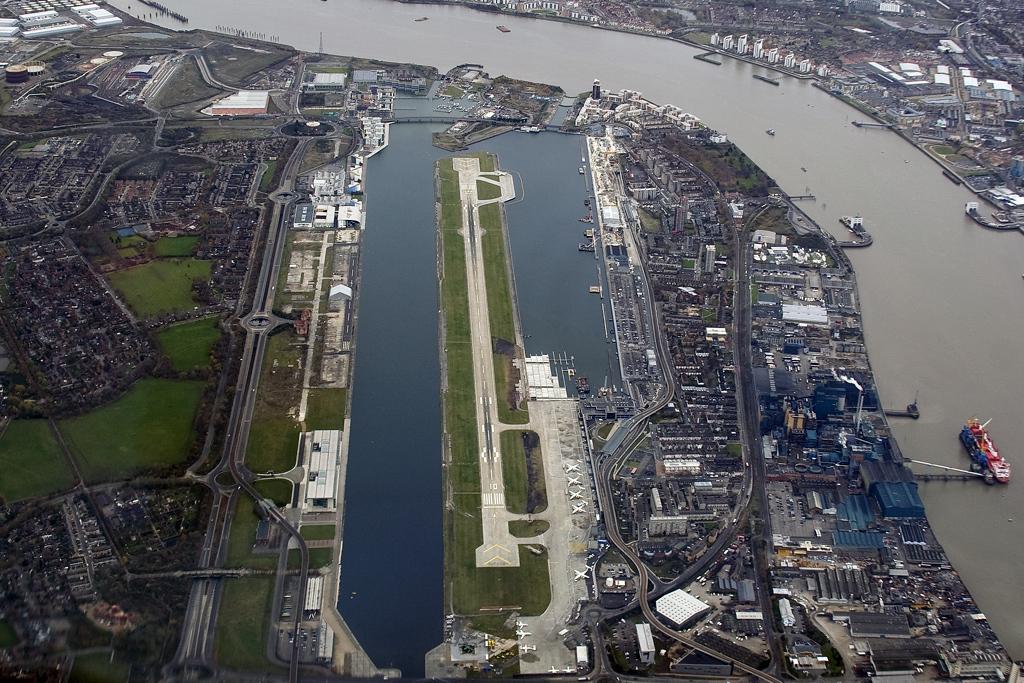 aerial_view_of_london_city_airport_2007.jpg