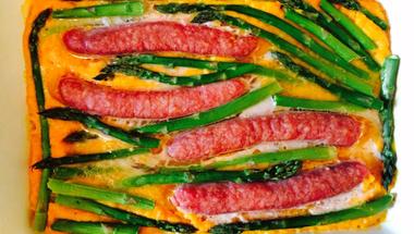 Zöldségekkel sült kolbász