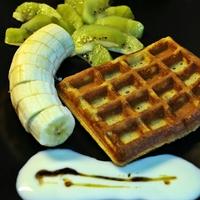 Gofri gyümölcsökkel és mézes joghurt öntettel