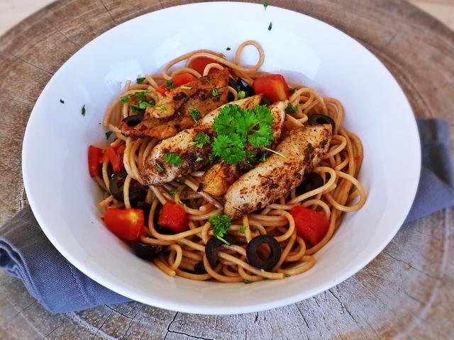 Olívás-paradicsomos spagetti fűszeres hallal