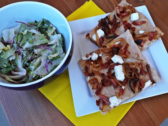 Tönköly pizza karamellizált hagymával és pirított baconnel