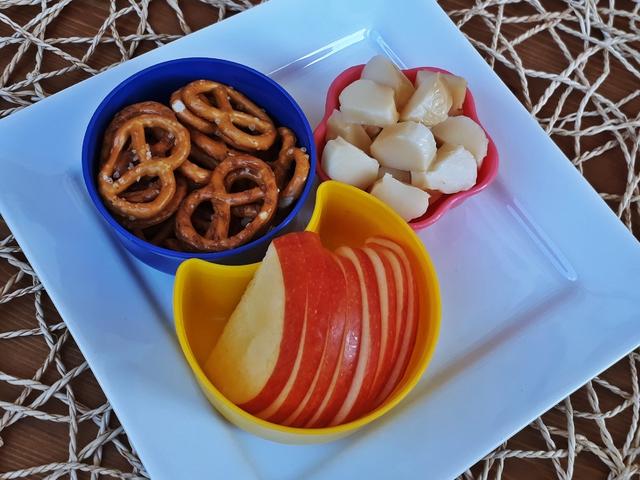 Változatos uzsonna: alma, sajt, perec