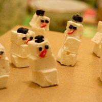 Hóemberek pillecukorból