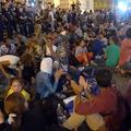 A menekültek a Keleti pályaudvarnál szolidan tüntetnek