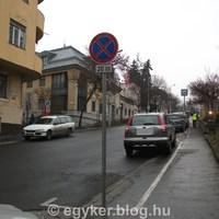 Ne parkoljunk az ideiglenes buszmegállóba!