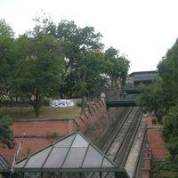 Megtisztították a Budavári Sikló mellett összefirkált támfalat