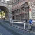Lezárták a járdát a Bécsi kapu előtt